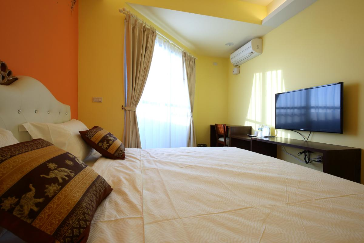Simple Modern Room With One Queen Size Bed, Suitable For Max. 2 Person.  Each Room Having Window Or Balcony With Garden View.